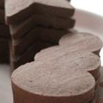 Egyszerű, de nagyszerű ez a csokis piskóta, amit kedvünk szerinti formákkal varázsolhatunk karácsonyivá.